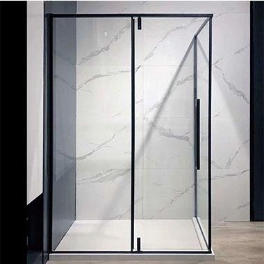 不锈钢淋浴房浴室的每个角落都注满水
